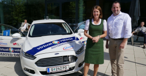 (v.l.n.r.) Henrietta Egerth, Geschäftsführerin der Österreichischen Forschungsförderungsgesellschaft FFG; Wolfgang Wachmann, Marketing & Communications am VIRTUAL VEHICLE mit dem Automated Drive Demonstrator (ADD) vor dem Congress Centrum in Alpbach. (Credit: VIRTUAL VEHICLE)